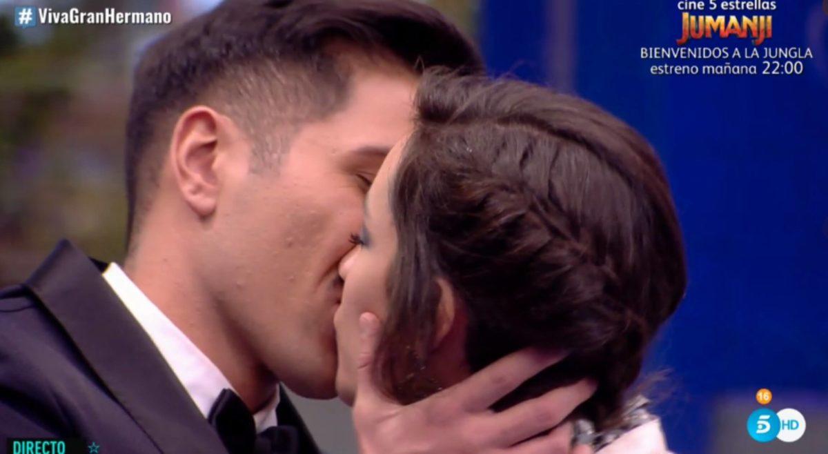 Adara besandose con Gianmarco