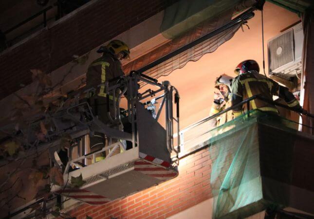 bomberos-durante-la-asistencia-a-un-edificio-donde-se-ha-derrumbado-el-techo (1)