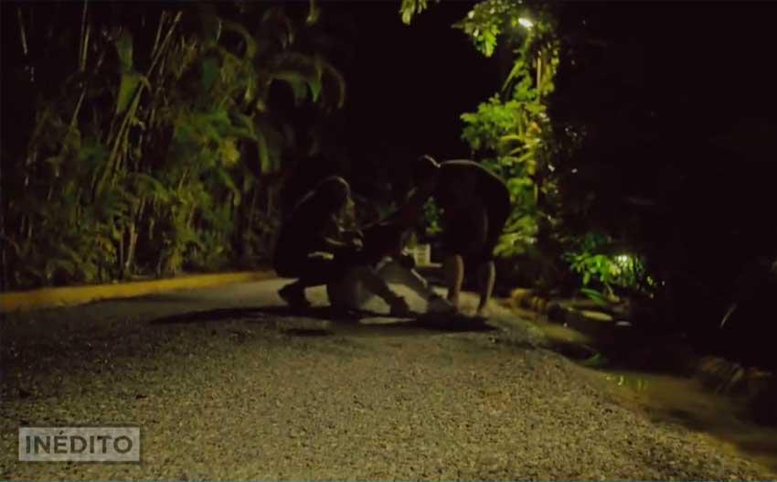 christofer en el suelo del camino destrozado