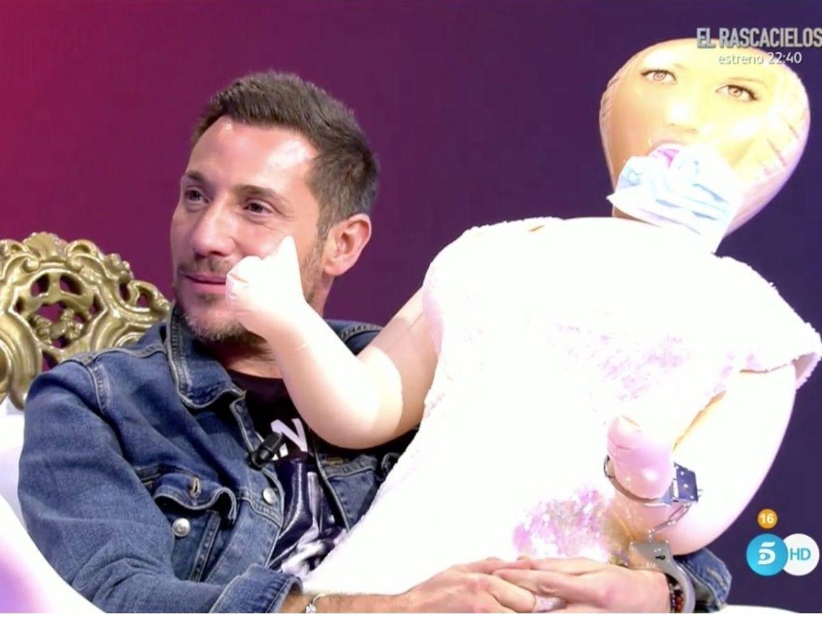 Antonio David Flores con la muñeca Telecinco
