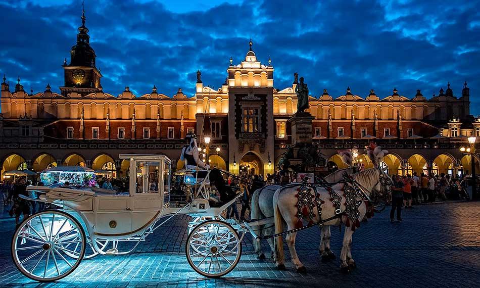 caballos en plaza del mercado cracovia