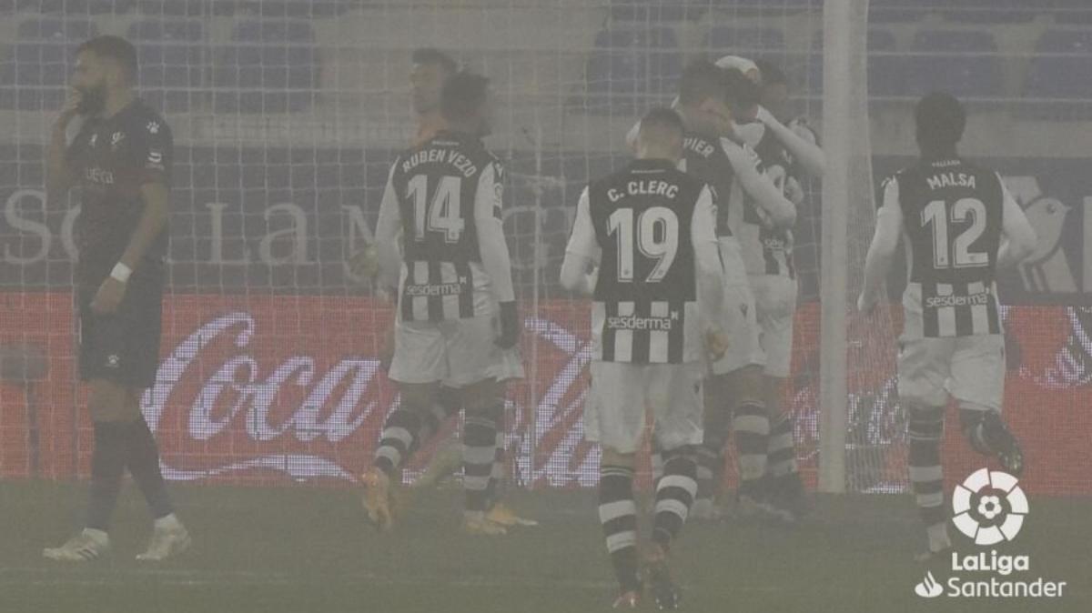 El Levante sobrevive al VAR y a la niebla de Huesca (1-1)