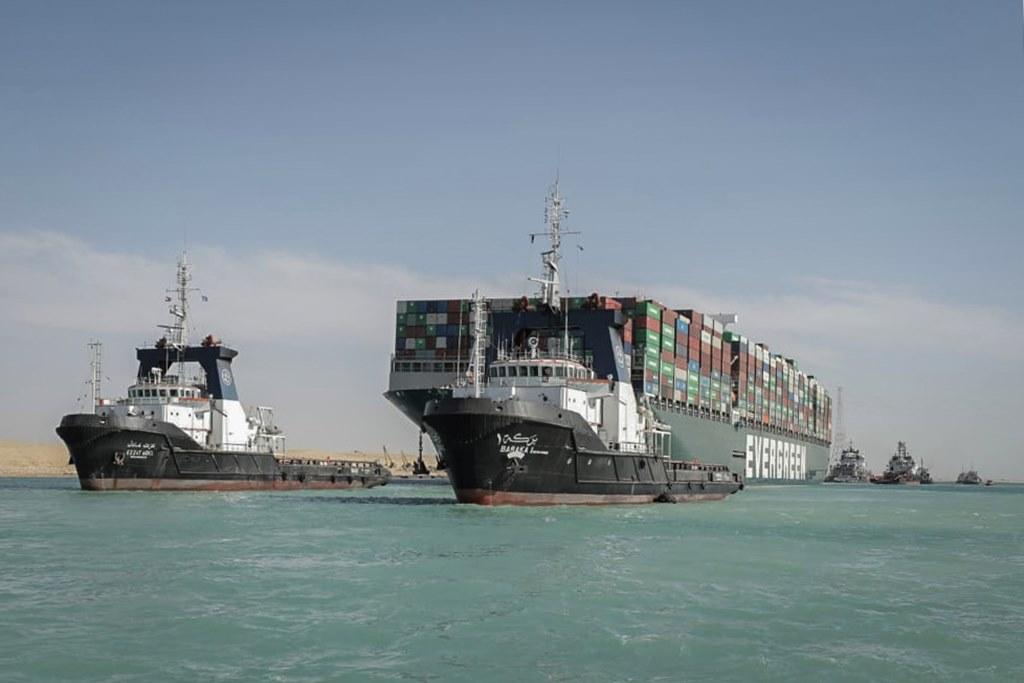 Más de 400 embarcaciones esperan para cruzar el Canal de Suez tras su reapertura