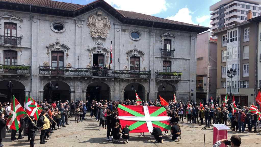 Miles protagonizan un amplio Aberri Eguna por el derecho a decidir en el País Vasco